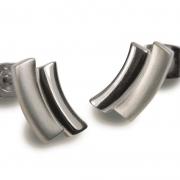 0561-01 titanium oorknoppen volgen de lijn van het oor